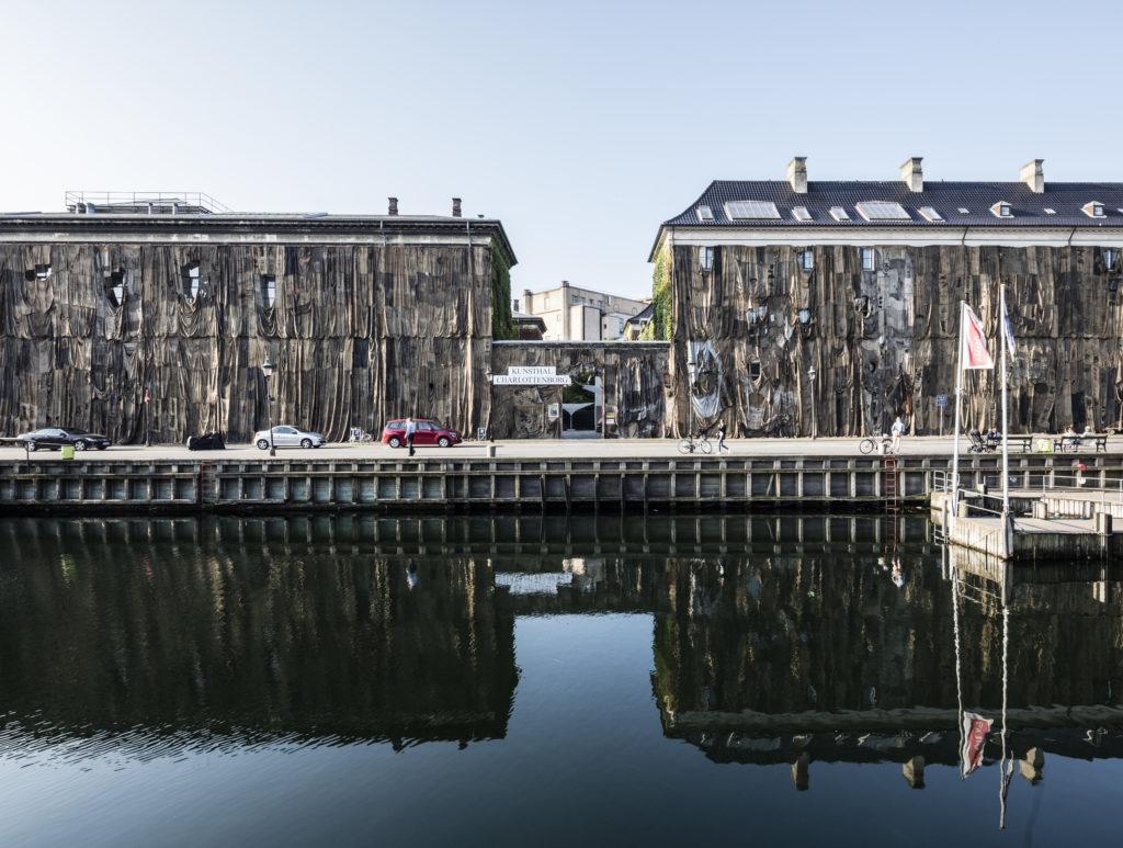 Ibrahim Mahama - Nyhavn Kaplang. Installation view, 2016. Hessiansække på facade. Foto af Anders Sune Berg