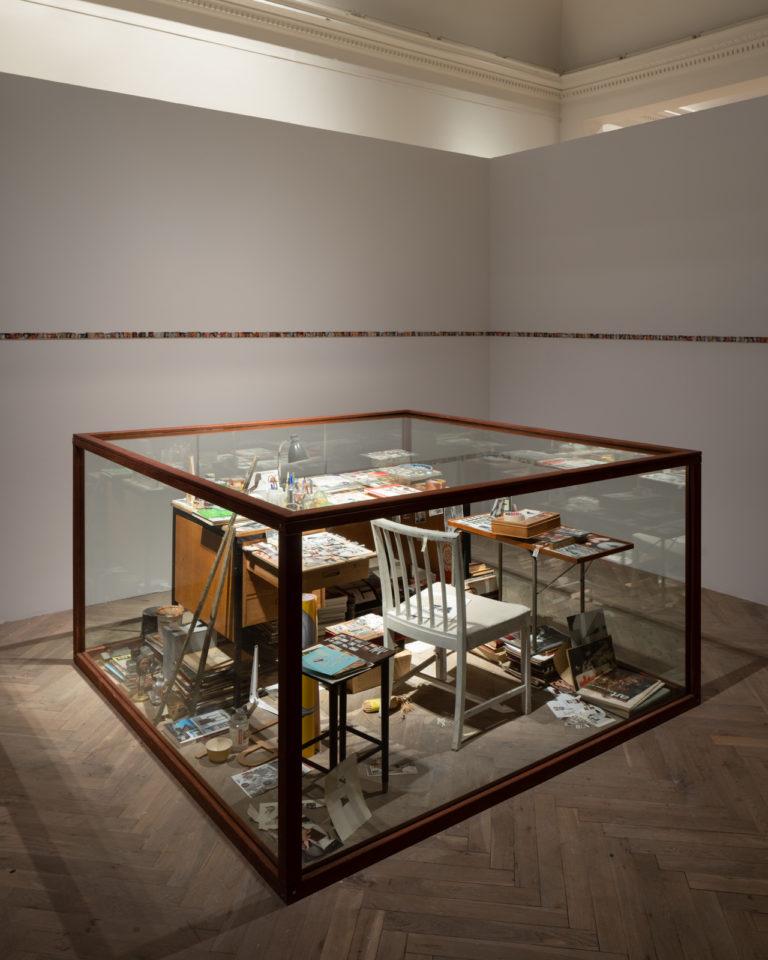 glasmonstre med genstande i: stole, borde etc