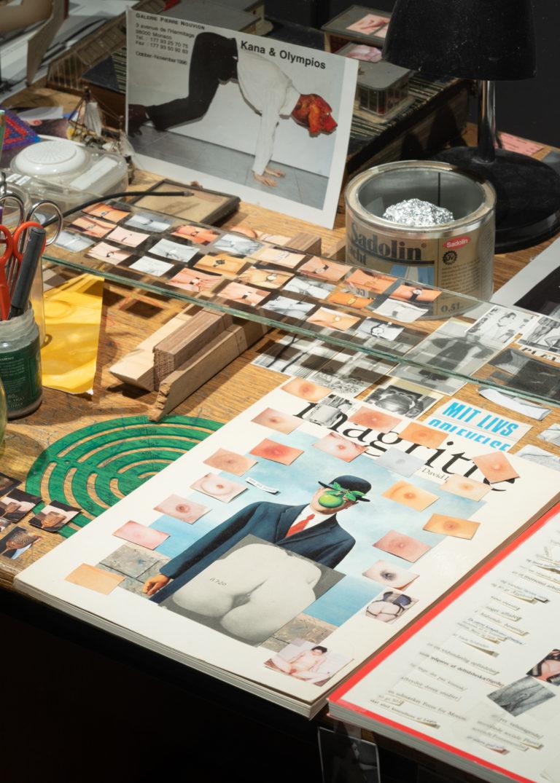 close up ad genstande i glasmontre. magsin, postkort, mm