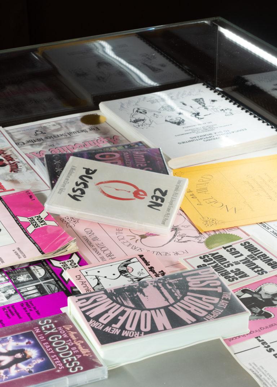 glasmontrer med avisudklip