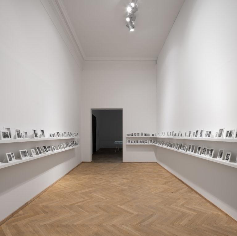 installationsbillede, mange små sort/hvide fotografier