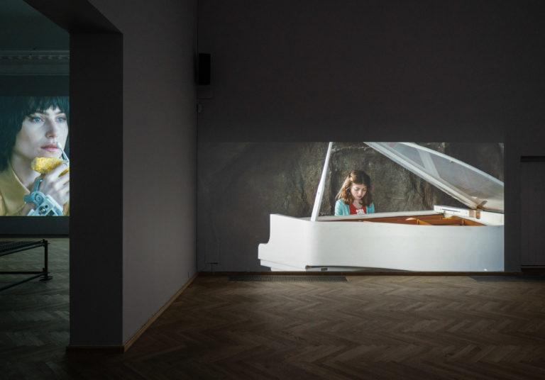 film: kvinde der spiller på stort hvidt piano