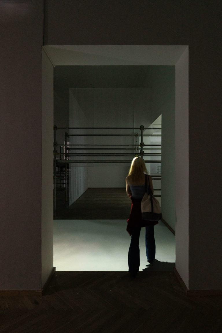 kvinde der besøger udstillingen