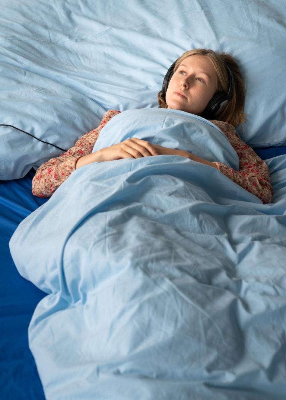 billede af person der ligger i den store seng og hører om børns drømme