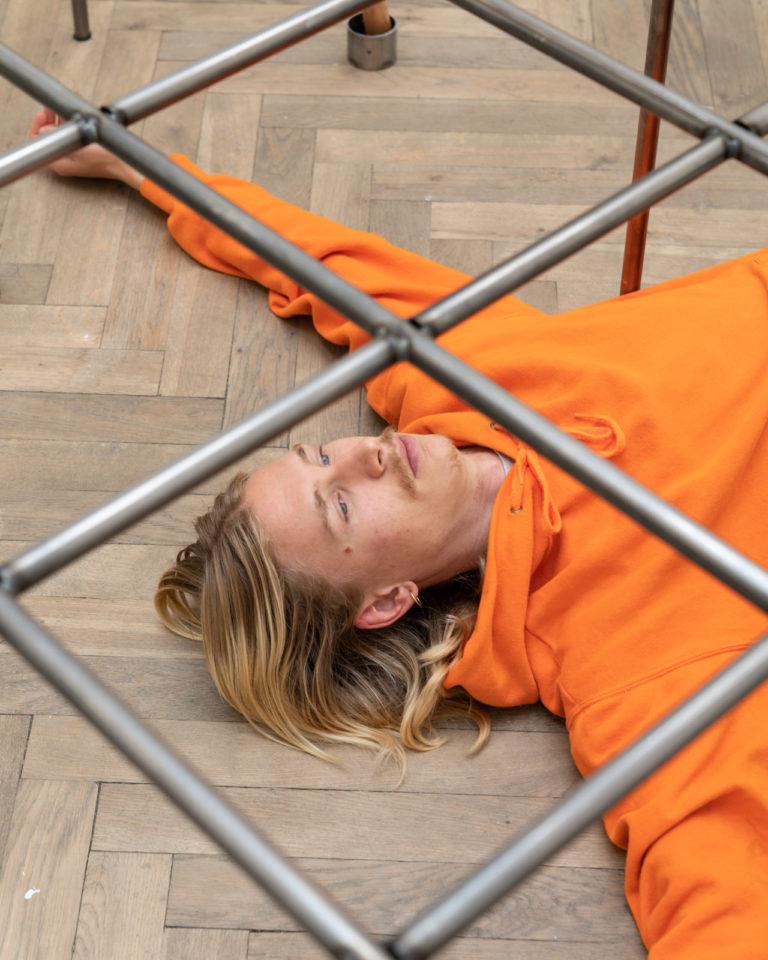 kvinde der er fanget under jerngitter