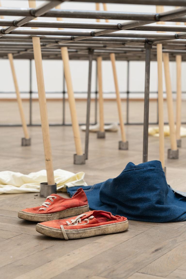 efterladte sko og trøje under jerngitter