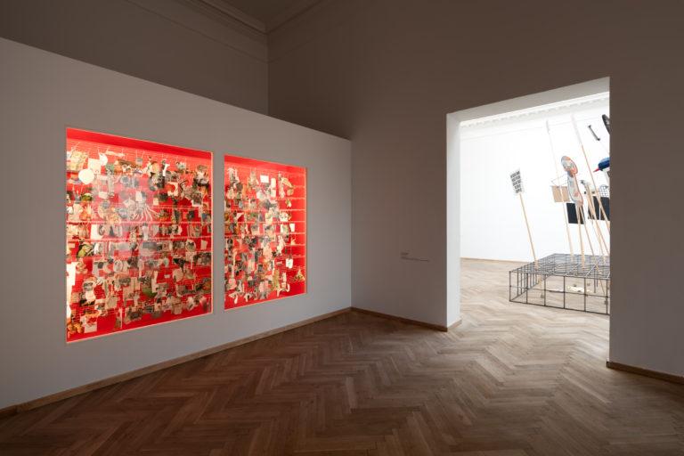røde rum i væggen med mange små billeder