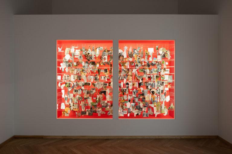 røde rum inde i væggen med mange små billeder der skaber collage