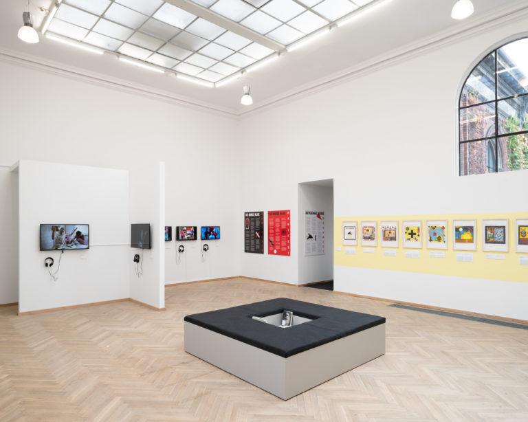 installationsbillede af værker, sort bænk med hul i midten