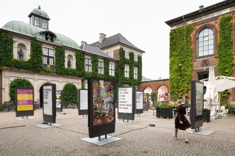 kunsthal charlottenborgs gård fyldt med reklameskilte