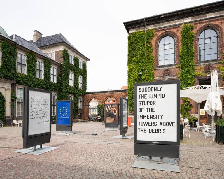 reklameskilte i kunsthal charlottenborgs gård