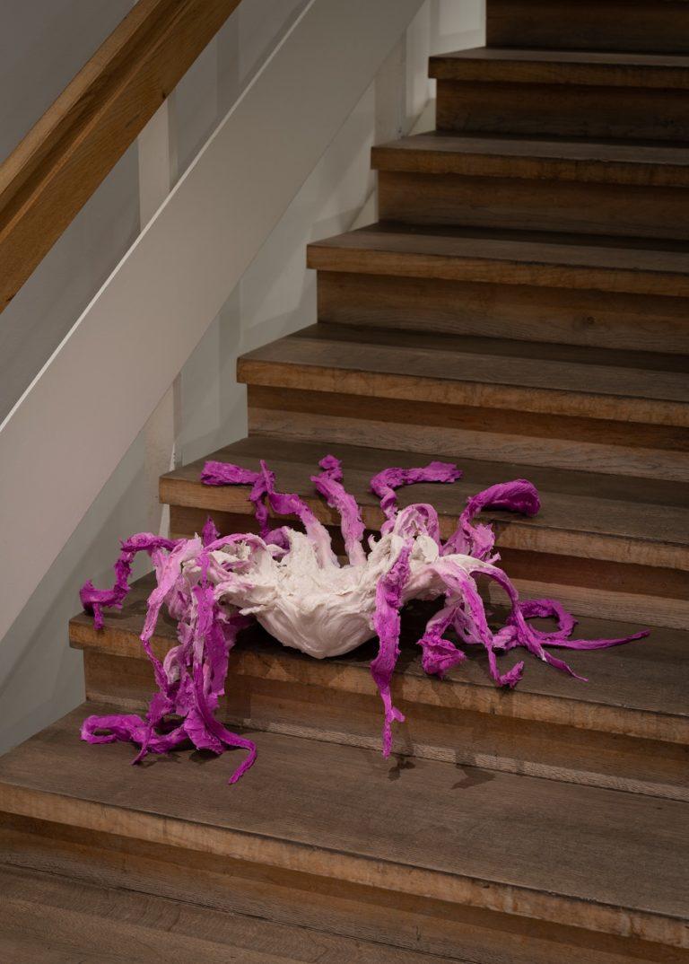 Lilla goble på trappe.