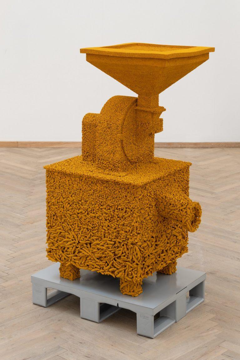 Orange skulptur lavet af gurkemeje.