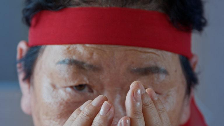 ansigt. close up. hænder foran ansigtet.