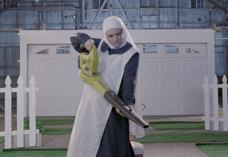 Film still: Nonne med motorsav