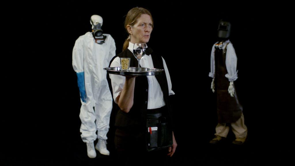 Film still: kvindelig tjener med sølvbakke
