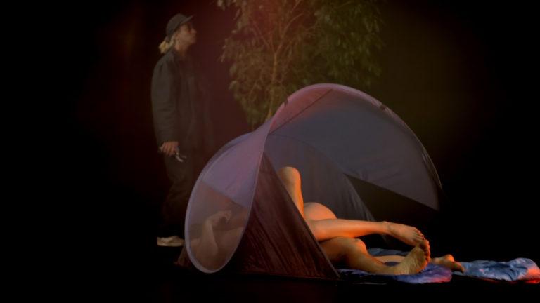 Film still: par der har sex i et telt