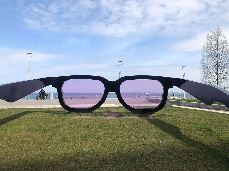 skulptur i offentligt rum: Briller på størrelse med lastbiler. man kan kigge gennem glassene ud over vandet.